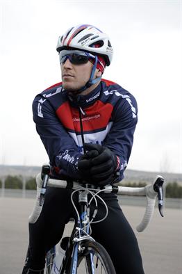 rowerzysta w kompletnym stroju rowerowym